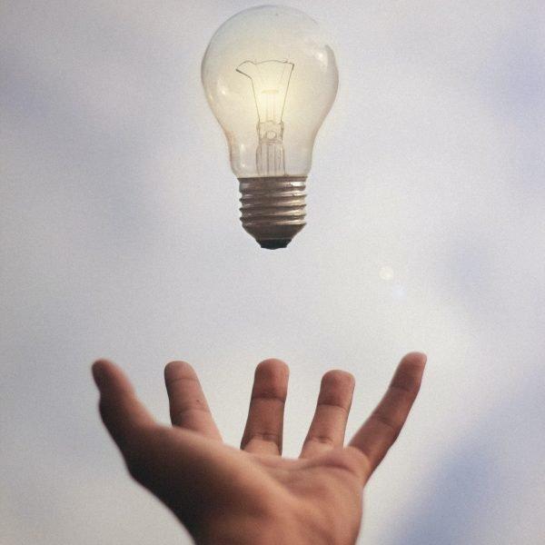 open hand die gloeilamp opvangt